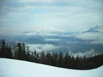 Paesaggio di inverno di Snowy in una stazione sciistica della montagna un giorno nebbioso Fotografie Stock