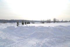 Paesaggio di inverno dopo le precipitazioni nevose nel giorno soleggiato Immagine Stock