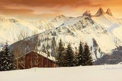 Paesaggio di inverno e riparo in alpi francesi, Les Sybelles, Francia Immagine Stock