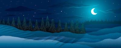 Paesaggio di inverno Foresta degli abeti nella notte Luna fra le stelle e le nuvole Immagini Stock