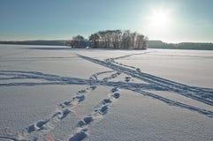 Paesaggio di inverno, lago congelato immagine stock