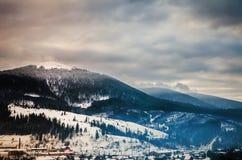 Paesaggio di inverno, le cime delle montagne carpatiche nell'ambito di cov Immagini Stock