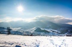 Paesaggio di inverno, le cime delle montagne carpatiche nell'ambito di cov Fotografie Stock