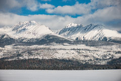 Paesaggio di inverno, montagna innevata Fotografia Stock