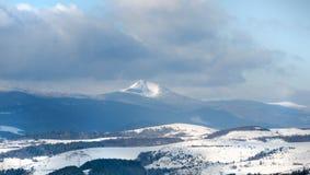 Paesaggio di inverno, montagne blu coperte di neve, moun del primo piano Fotografia Stock Libera da Diritti