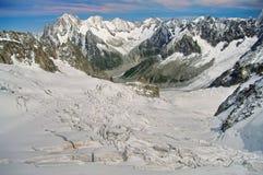 Paesaggio di inverno in montagne delle alpi Esponga al sole e nevichi in valle Blanche, attrazione del punto di riferimento in Fr Immagine Stock