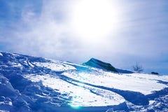 Paesaggio di inverno: Montagne ed il cielo blu Fotografia Stock