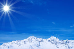 Paesaggio di inverno: Montagne ed il cielo blu Fotografie Stock Libere da Diritti