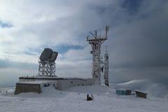 Paesaggio di inverno nella montagna innevata: stazione meteorologica scientifica Immagini Stock Libere da Diritti