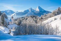 Paesaggio di inverno nelle alpi bavaresi con la chiesa, Baviera, Germania Fotografie Stock Libere da Diritti