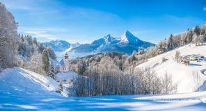 Paesaggio di inverno nelle alpi bavaresi con la chiesa, Baviera, Germania Fotografia Stock Libera da Diritti