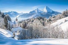 Paesaggio di inverno nelle alpi bavaresi con la chiesa, Baviera, Germania Immagini Stock Libere da Diritti