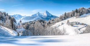 Paesaggio di inverno nelle alpi bavaresi con la chiesa, Baviera, Germania Immagini Stock