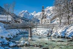 Paesaggio di inverno nelle alpi bavaresi con la chiesa, Ramsau, Germania Immagine Stock Libera da Diritti
