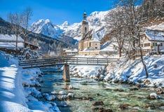 Paesaggio di inverno nelle alpi bavaresi con la chiesa, Ramsau, Germania Fotografia Stock