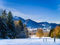 Paesaggio di inverno nelle alpi bavaresi - percorso e Mountain View fotografia stock