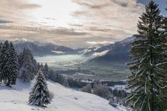 Paesaggio di inverno nelle alpi svizzere sotto un cielo latteo Fotografia Stock Libera da Diritti