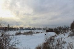 Paesaggio di inverno di una città russa provinciale fotografia stock