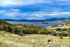 Paesaggio di Jindabyne del lago con il cielo nuvoloso e la priorità alta rurale Immagini Stock Libere da Diritti
