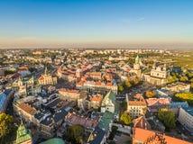 Paesaggio di Lublino dalla vista dell'occhio del ` s dell'uccello della torre di trinitario, della cattedrale, del portone di Cra Immagine Stock
