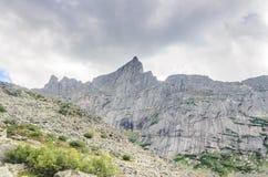 Paesaggio di luce del giorno, vista sulle montagne e rocce, Ergaki Immagine Stock