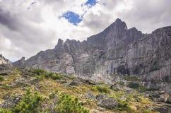 Paesaggio di luce del giorno, vista sulle montagne e rocce, Ergaki Fotografie Stock Libere da Diritti