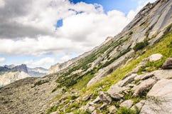 Paesaggio di luce del giorno, vista sulle montagne e rocce, Ergaki Immagini Stock