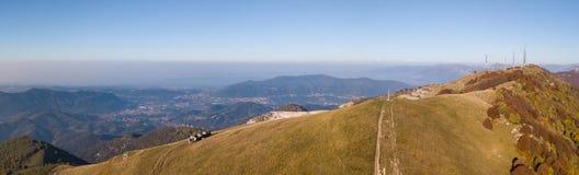 Paesaggio di mattina sulla pianura di Padana con alti inquinamento ed umidità nell'aria Immagine Stock