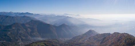Paesaggio di mattina sulla pianura di Padana con alti inquinamento ed umidità nell'aria Fotografia Stock