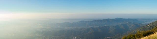 Paesaggio di mattina sulla pianura di Padana con alti inquinamento ed umidità nell'aria Panorama dalla montagna di Linzone Fotografia Stock Libera da Diritti