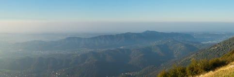 Paesaggio di mattina sulla pianura di Padana con alti inquinamento ed umidità nell'aria Panorama dalla montagna di Linzone Fotografia Stock