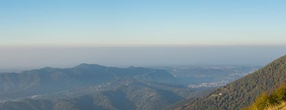 Paesaggio di mattina sulla pianura di Padana con alti inquinamento ed umidità nell'aria Panorama dalla montagna di Linzone Fotografie Stock