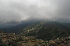 Paesaggio di Mountain View di altezza con le nuvole e la nebbia di tempesta fotografie stock libere da diritti