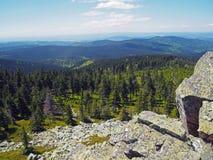 Paesaggio di Mountain View di Krkonose con la roccia del granito e il tre attillato immagine stock