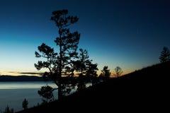 Paesaggio di notte contro un lago Baikal di declino Fotografia Stock