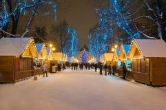 Paesaggio di notte del mercato della città di Natale con le decorazioni della via Immagini Stock Libere da Diritti