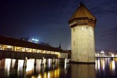 Paesaggio di notte del ponte della cappella in città di Lucern, cantone di Lucerna, Svizzera Immagine Stock