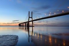 Paesaggio di notte del ponte di Lisbona ad alba Fotografia Stock