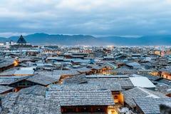 Paesaggio di notte della città antica di Dukezong in Shangri-La, Diqing, il Yunnan, Cina immagine stock libera da diritti