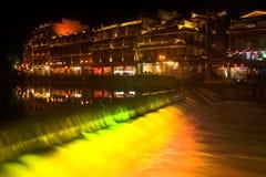 Paesaggio di notte della città di Phoenix (città antica di Fenghuang) immagine stock libera da diritti