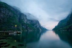 Paesaggio di notte di bello fiordo della Norvegia Fotografie Stock
