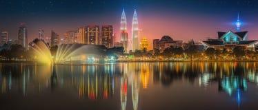 Paesaggio di notte di Kuala Lumpur, il palazzo di cultura Fotografia Stock Libera da Diritti
