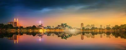 Paesaggio di notte di Kuala Lumpur, il palazzo di cultura Fotografia Stock