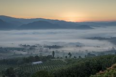 Paesaggio di Pai Thailand con foschia nelle valli ad alba fotografia stock