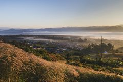 Paesaggio di Pai Thailand con foschia nelle valli ad alba immagine stock libera da diritti