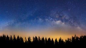 Paesaggio di panorama con la Via Lattea, cielo notturno con le stelle e silh fotografia stock