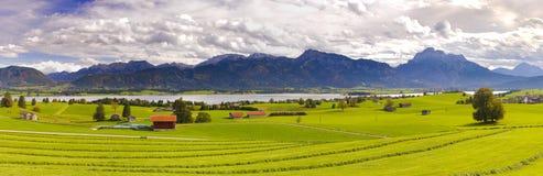 Paesaggio di panorama con le montagne delle alpi e lago in Baviera Fotografia Stock Libera da Diritti