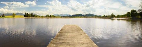 Paesaggio di panorama con le montagne delle alpi e lago in Baviera Fotografie Stock