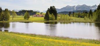 Paesaggio di panorama con le montagne delle alpi e lago in Baviera Immagini Stock