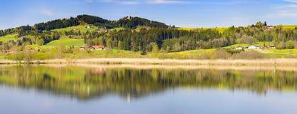 Paesaggio di panorama con le montagne delle alpi e lago in Baviera Immagini Stock Libere da Diritti